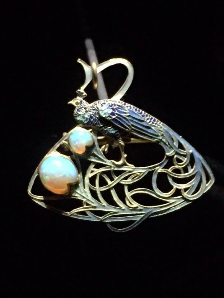 Broche pendentif Lalique « Paon » 1897-1898. Or, opales et émail